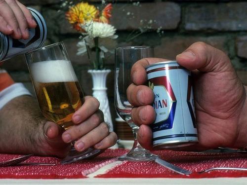 アンドレ・ザ・ジャイアントがビール缶を持つと01