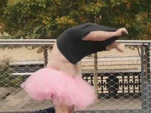 ピンクのチュチュを着る夫08