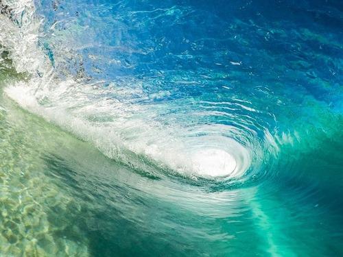 これは美しい!ビキニのサーフィン