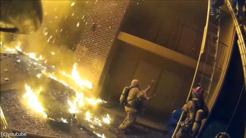 火事で3階から投げられた娘を消防士が受け止める05