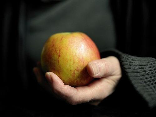 うちの夫はリンゴをスプーンで食べる