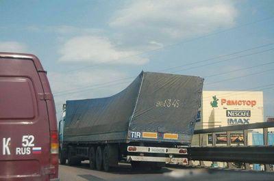 12-今にも貨物が横に倒れそうなトラック