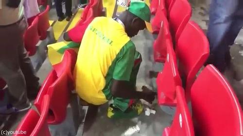 セネガルも試合の後に掃除をしてる02