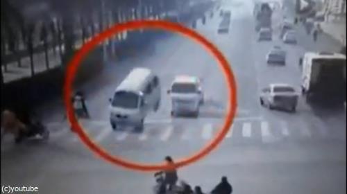 何もない空間に衝突…あまりにもミステリアスな、中国の自動車事故