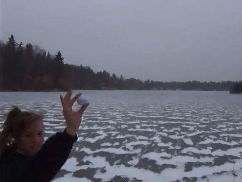 凍った湖にゴルフボール00