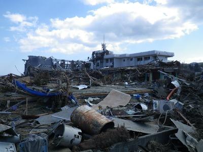 戸倉小学校(右)と3月1日に完成した体育館(左)