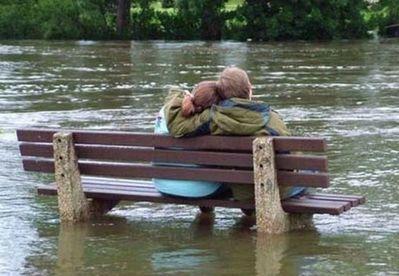 水害時にたくましく楽しむ人々06