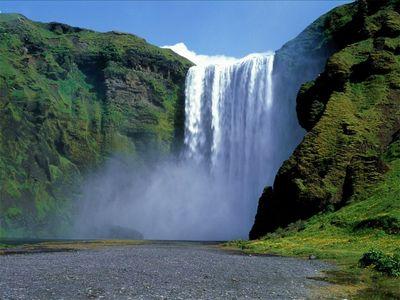 滝から落ちて全身骨折の男、5時間大声で歌って助かる