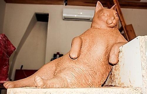 クールな猫の銅像が建つ04