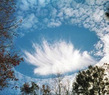 ぽっかりと穴の開いた雲06