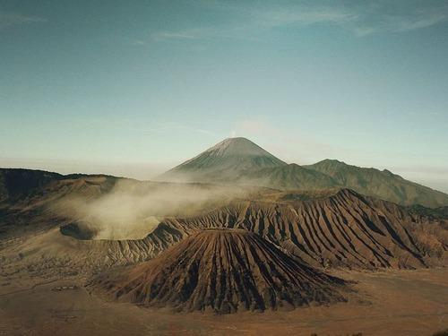 溶岩の周りに集まる人々