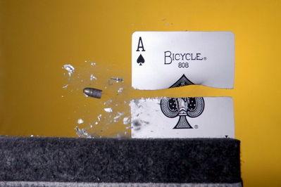 弾丸が紙1枚を貫通する恐るべき瞬間02