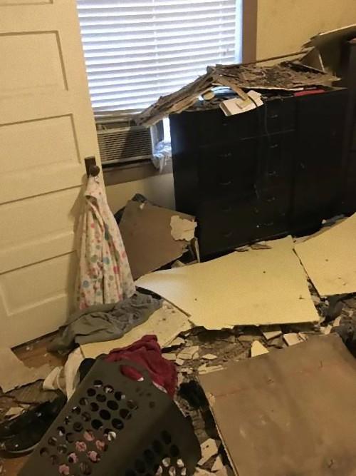 天井を突き抜けてテレビが落ちた06