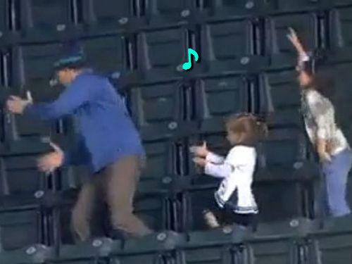 スタジアムで踊る父と娘01