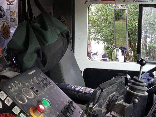 ゴミ収集車の運転席03