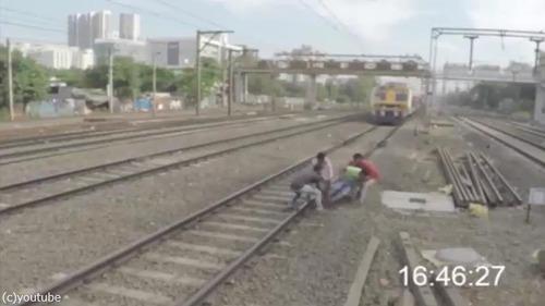 集団で線路を渡ろうとしたら…ヒヤッとする映像03