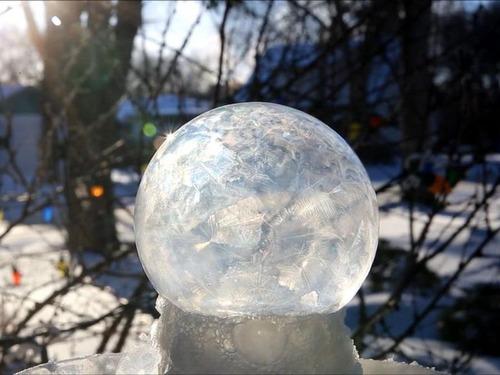大きなシャボン玉が凍る04