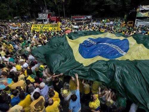 400万人が政府に抗議中のブラジル00