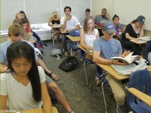 この中に1人、眠っている学生がいる00