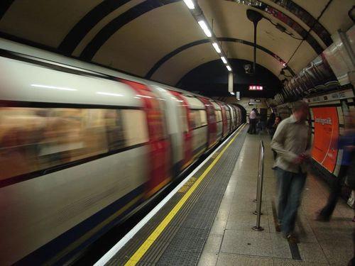 ロンドン地下鉄ゲリラステッカー00