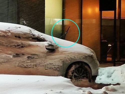 駐車した車をブリザードが襲うと02