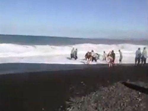 人間チェーンで溺れた少年を救助03