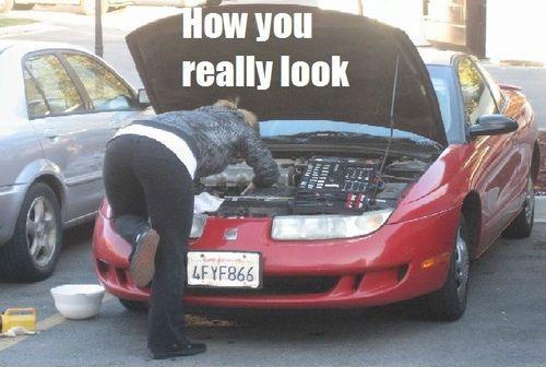 女性が車を直すとき02