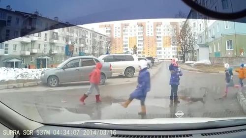 とある子どもたちが道路を渡る風景03