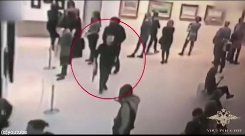 白昼堂々と美術館から絵画を盗む泥棒04