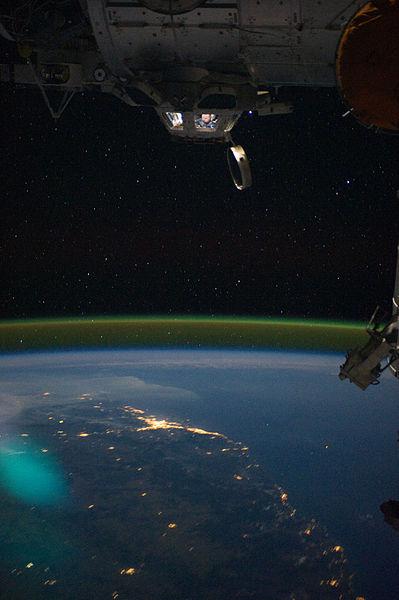 宇宙から地球を眺める女性飛行士03