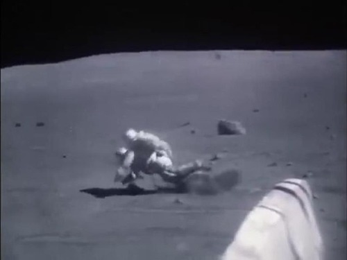 宇宙飛行士たちは月面で結構転んでます01