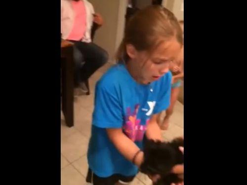 子犬のプレゼントに号泣する8歳の女の子01
