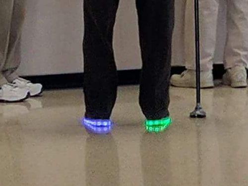 最近人気のピカピカ光る靴02