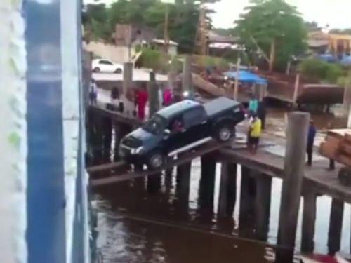 船に車を積む01