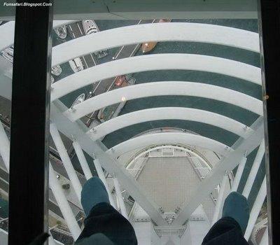 ガラス張りの高層ビルの下06