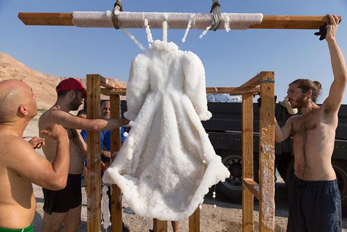 死海に2年間ドレスを沈めると→こんな姿に変身する06