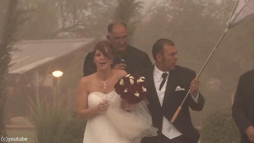結婚式の愛の誓いのときに強烈な嵐16