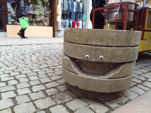 ブルガリアの街中に目玉シール11