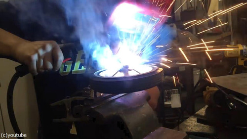 三輪車にチェーンソーのエンジン02