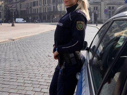 ドイツの女性警官が大人気00