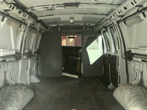古びたバンをスタイリッシュな移動スタジオに改造01