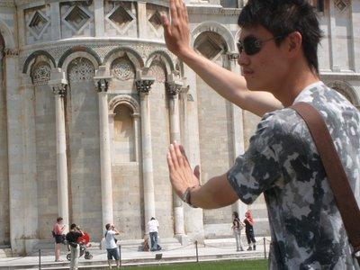ピサの斜塔の前で記念撮影する観光客、別アングルから見ると…02