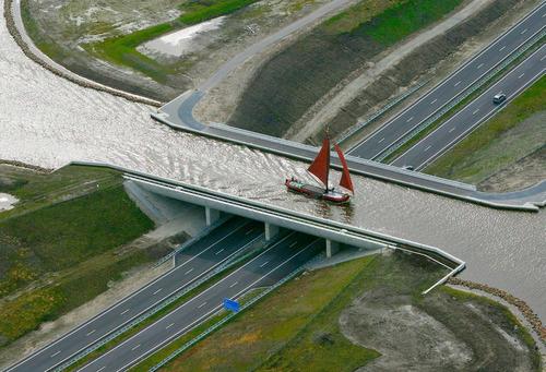 橋の下に水ではなく橋の上に水01