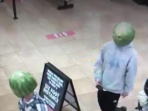 スイカをかぶった泥棒2人組が捕まる00