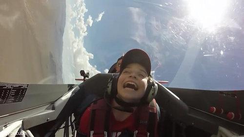 宙返り飛行中に気を失う少年02