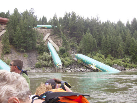 川に落ちていた飛行機06