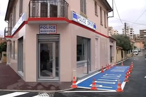 フランスにドライブスルーの交番が登場04