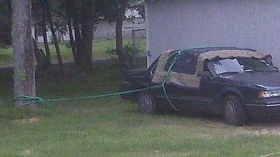 ハリケーン・アイクから車を守ろうとする1枚の写真