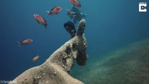 ダイバーが海底でロバの彫刻を発見02