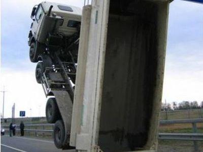 大型トラックがウイリー00